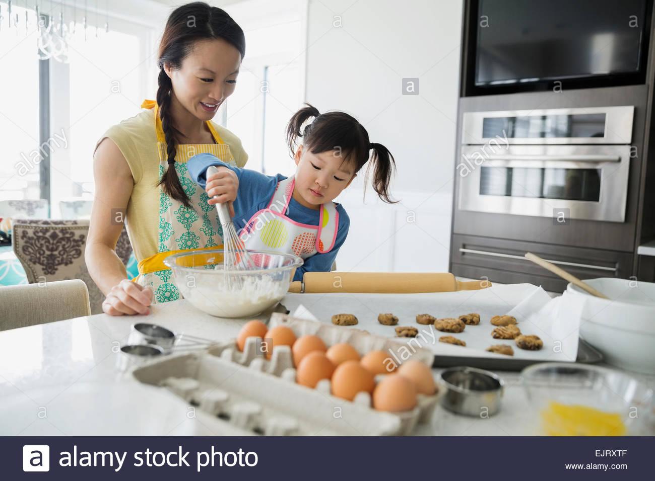 Madre e hija hornear galletas en la cocina Imagen De Stock