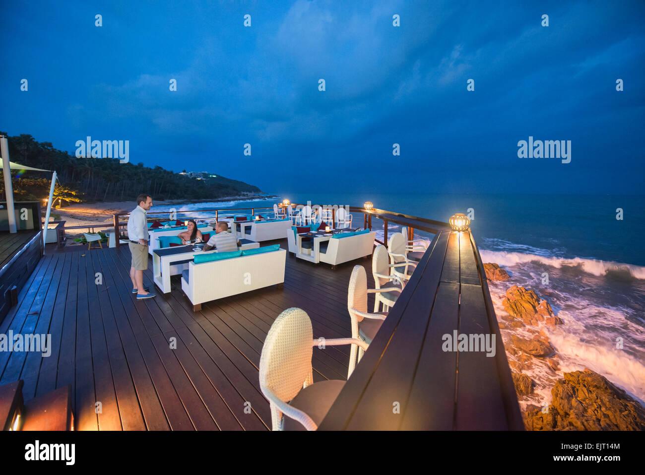 Romántico restaurante sobre el mar, Koh Samui, Tailandia Imagen De Stock