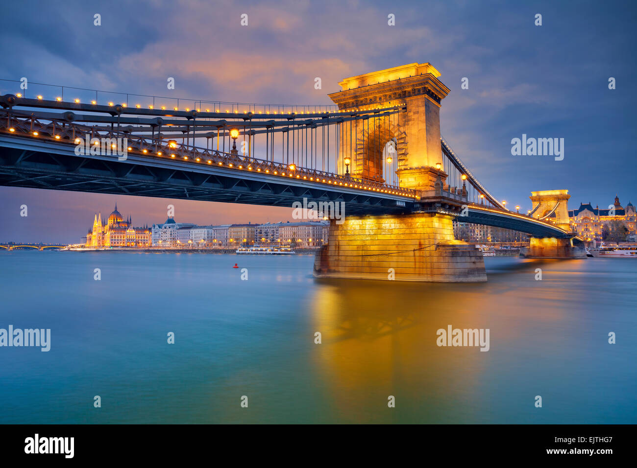 Budapest. Imagen de Budapest, capital de Hungría, durante la hora azul crepúsculo. Imagen De Stock