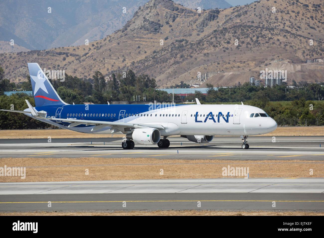 LAN Airlines Airbus A319-112, registrado CC-BEA, en el aeropuerto de Santiago de Chile Foto de stock