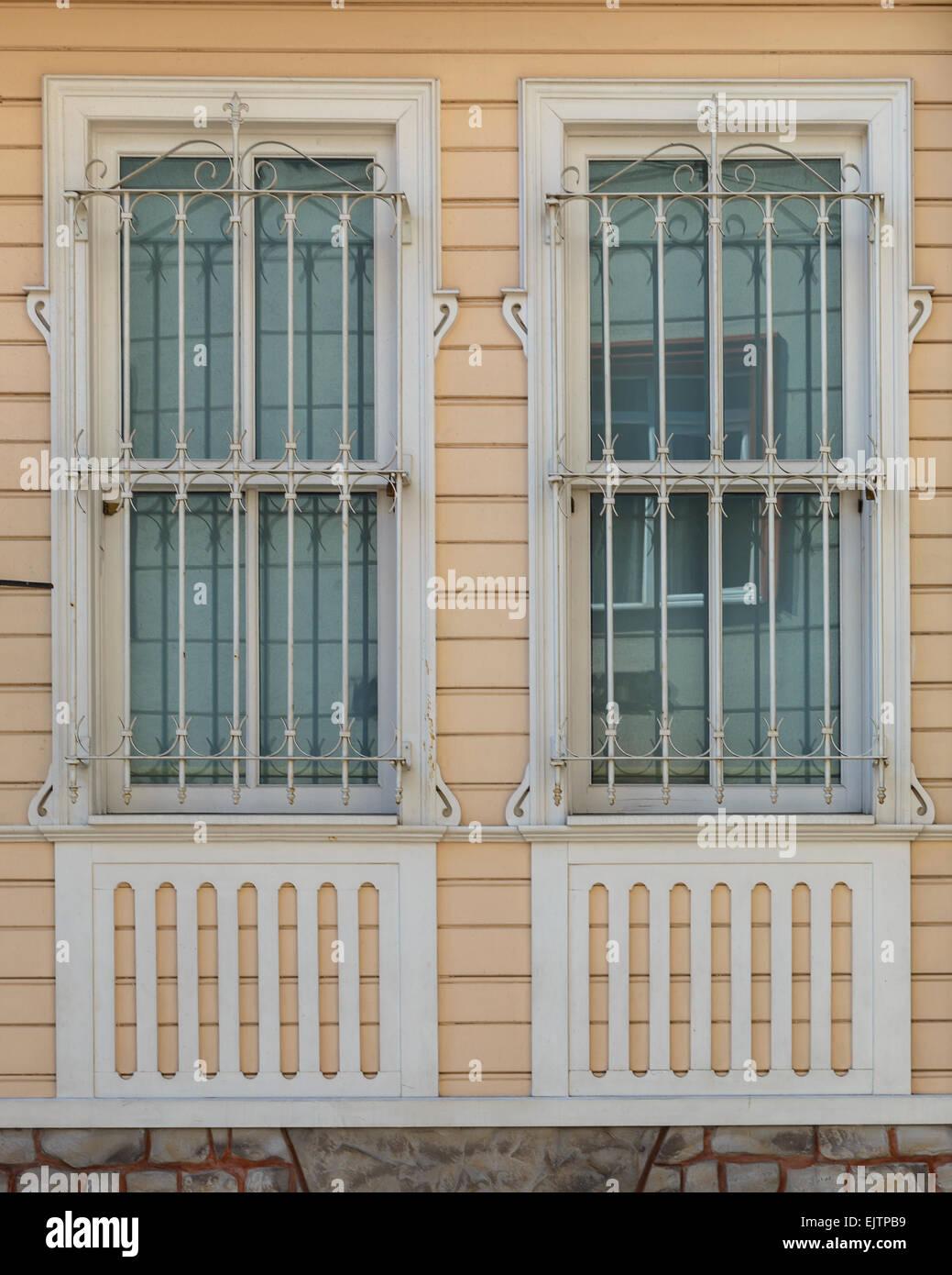 Revestimientos de madera y ventanas de la casa Imagen De Stock