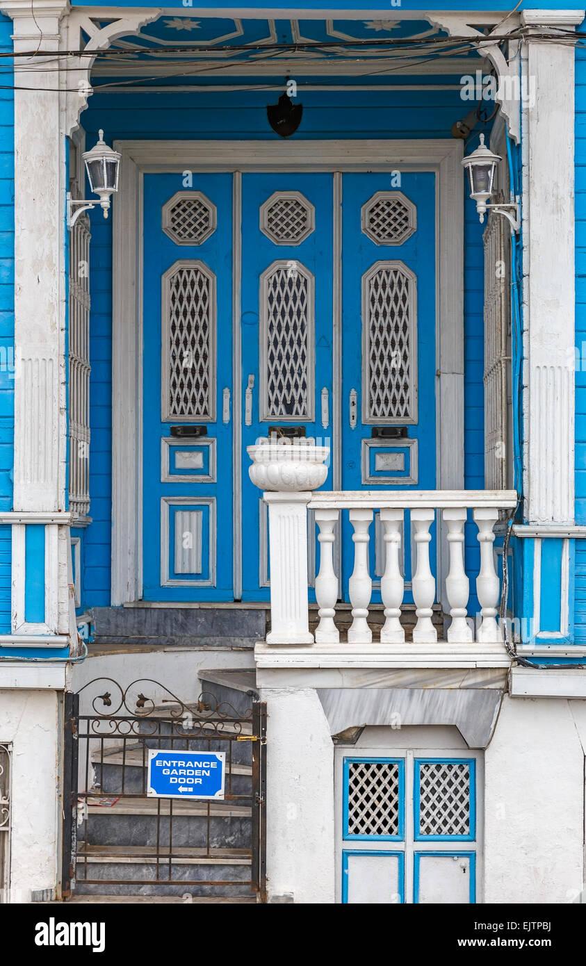 Antigua casa de madera y ventanas de paneles de pared Imagen De Stock