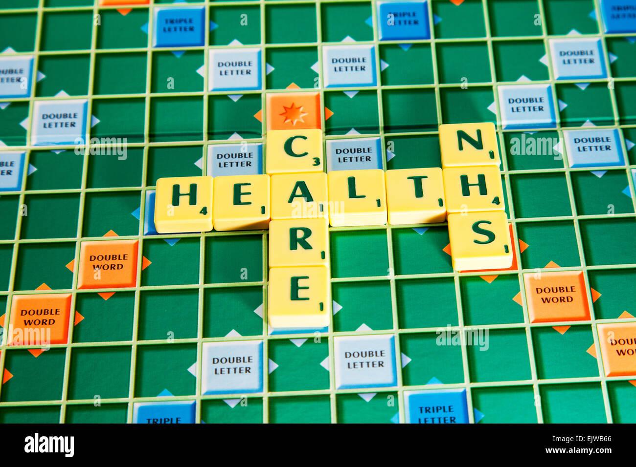 Salud hospital nhs hospitales palabras con scrabble azulejos para ilustrar la ortografía deletrear Imagen De Stock