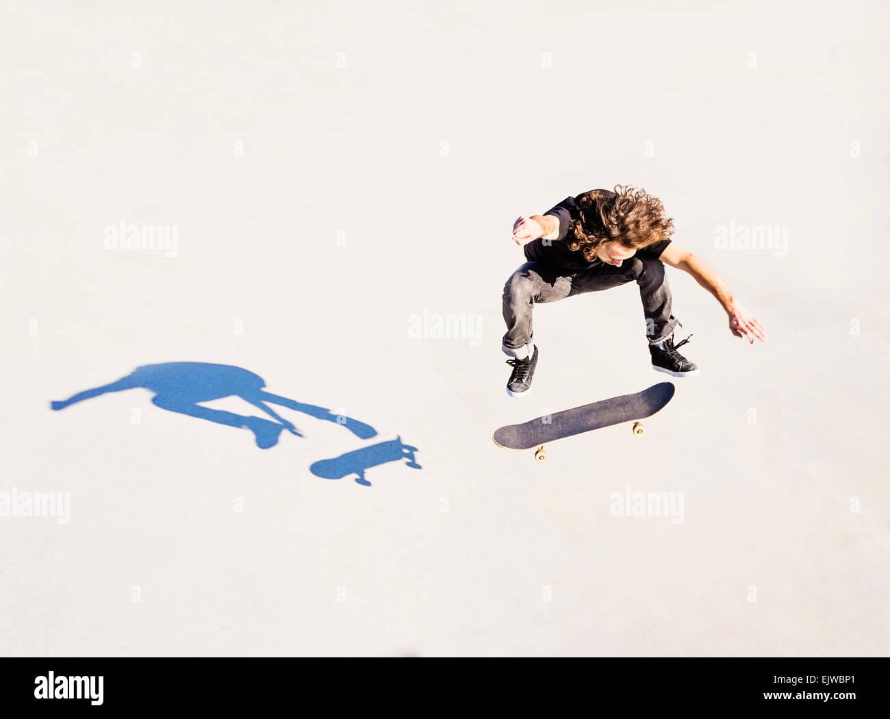 Estados Unidos, la Florida, West Palm Beach, el hombre saltando en monopatín en skatepark Imagen De Stock