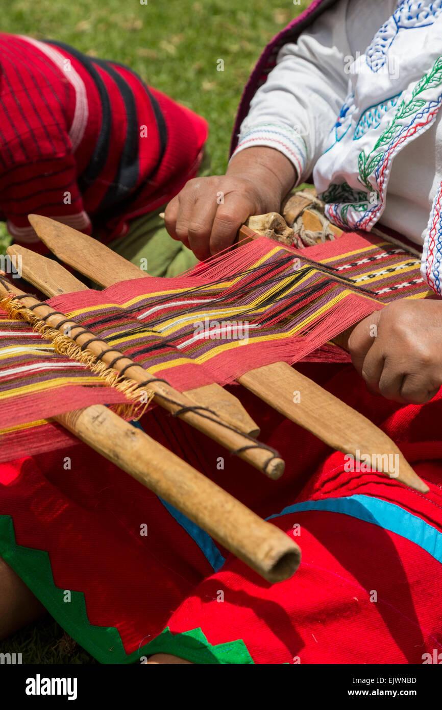 Perú, el Valle de Urubamba, pueblo quechua de Misminay. Mujer tejiendo la tela. Imagen De Stock