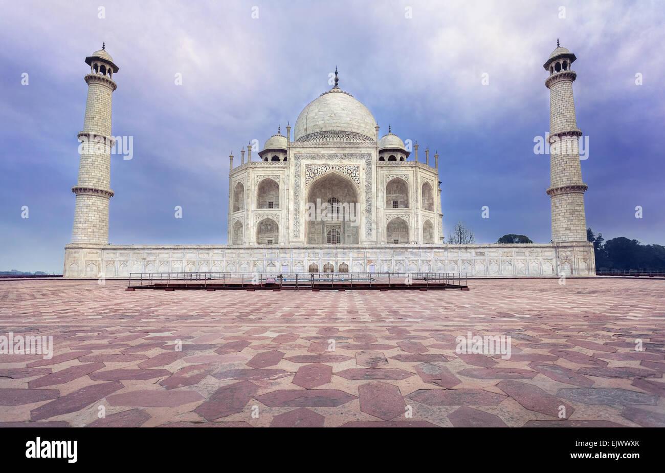 Taj Mahal tumba de mármol blanco en azul cielo dramático en Agra, Uttar Pradesh, India Imagen De Stock