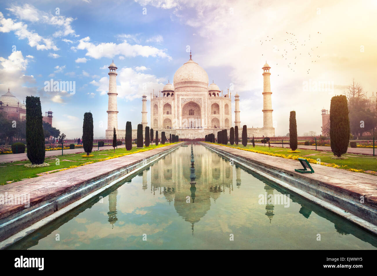 Taj Mahal tumba con reflejo en el agua en azul cielo dramático en Agra, Uttar Pradesh, India Imagen De Stock