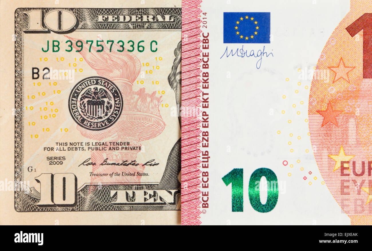 La paridad del dólar estadounidense y el euro tipo de cambio simbolizado por la mitad las facturas Foto de stock