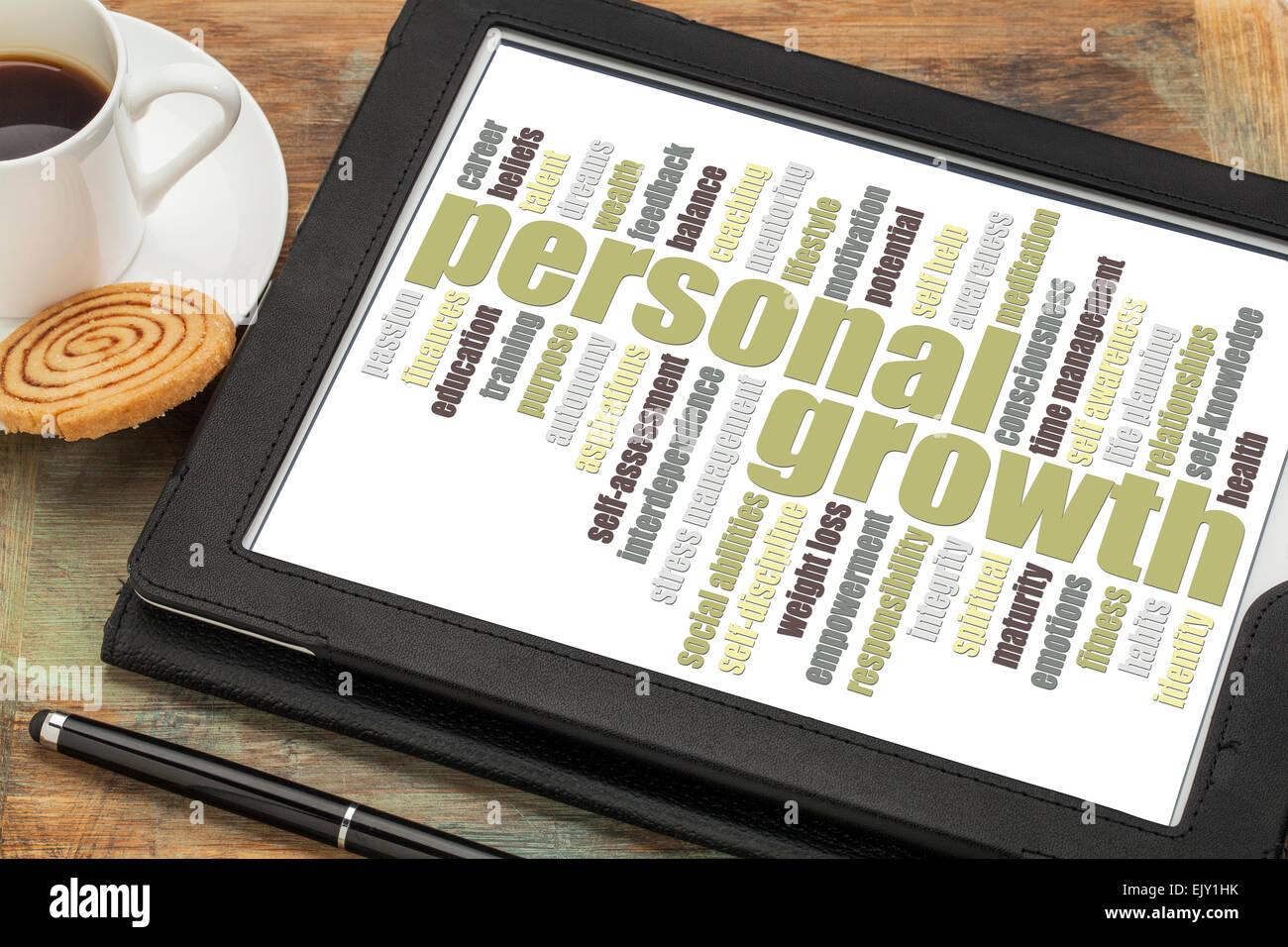 Crecimiento personal palabra cloud en una tableta digital con una taza de café Imagen De Stock