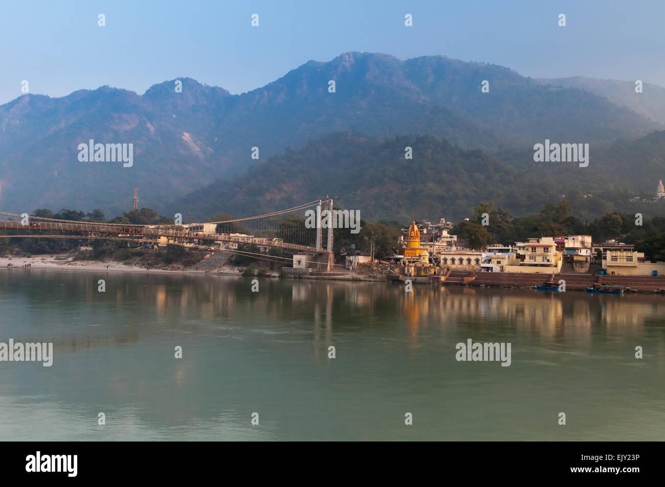 Vista del río Ganga y Ram Jhula bridge. Rishikesh Imagen De Stock