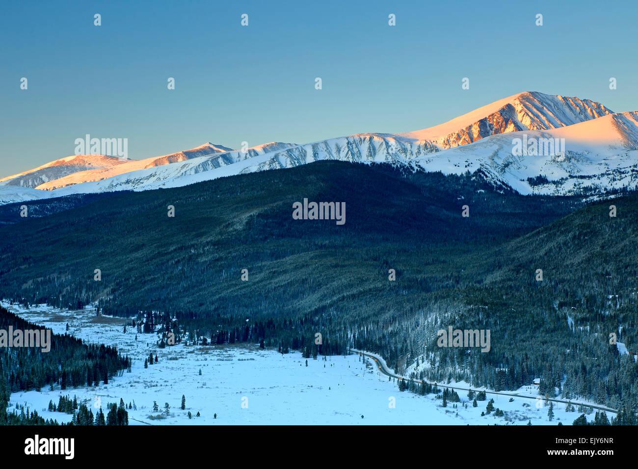 La primera luz sobre el dilema cubiertas de nieve pico (14,265 pies), a diez millas de alcance, y Goose pastos Tarn, Boreas pasar Trail, en Colorado, EE.UU. Foto de stock