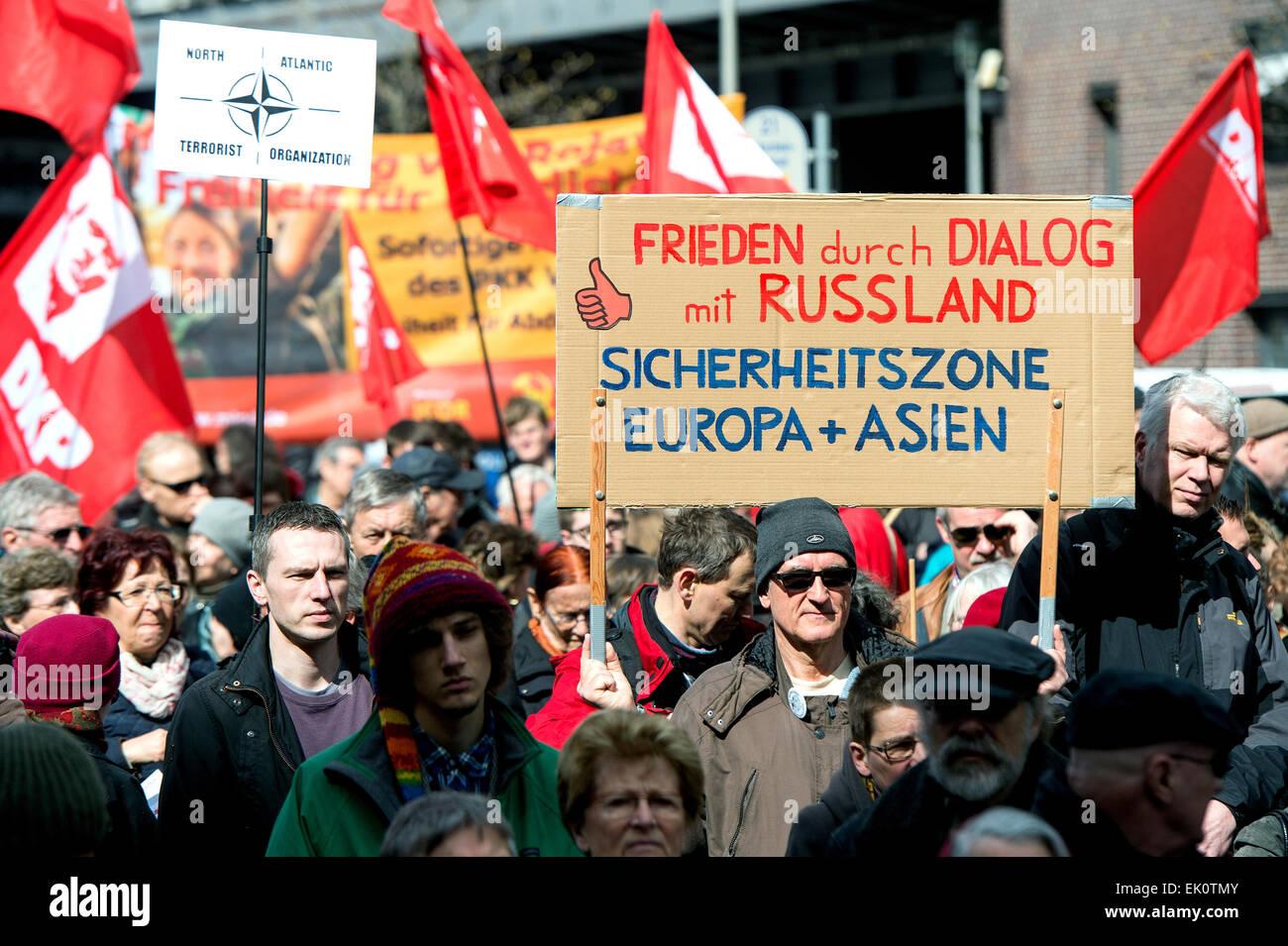 Berlín, Alemania. 4 abr, 2015. Los manifestantes tomen parte en la marcha de Pascua organizado por el movimiento Imagen De Stock