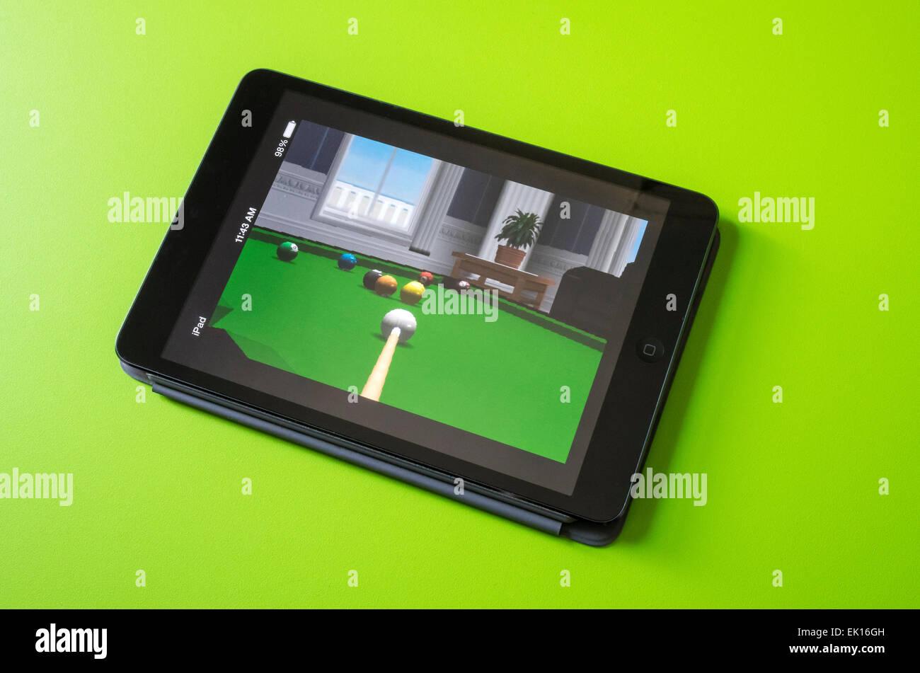 Apple iPad mini mostrando juego de billar virtual Imagen De Stock