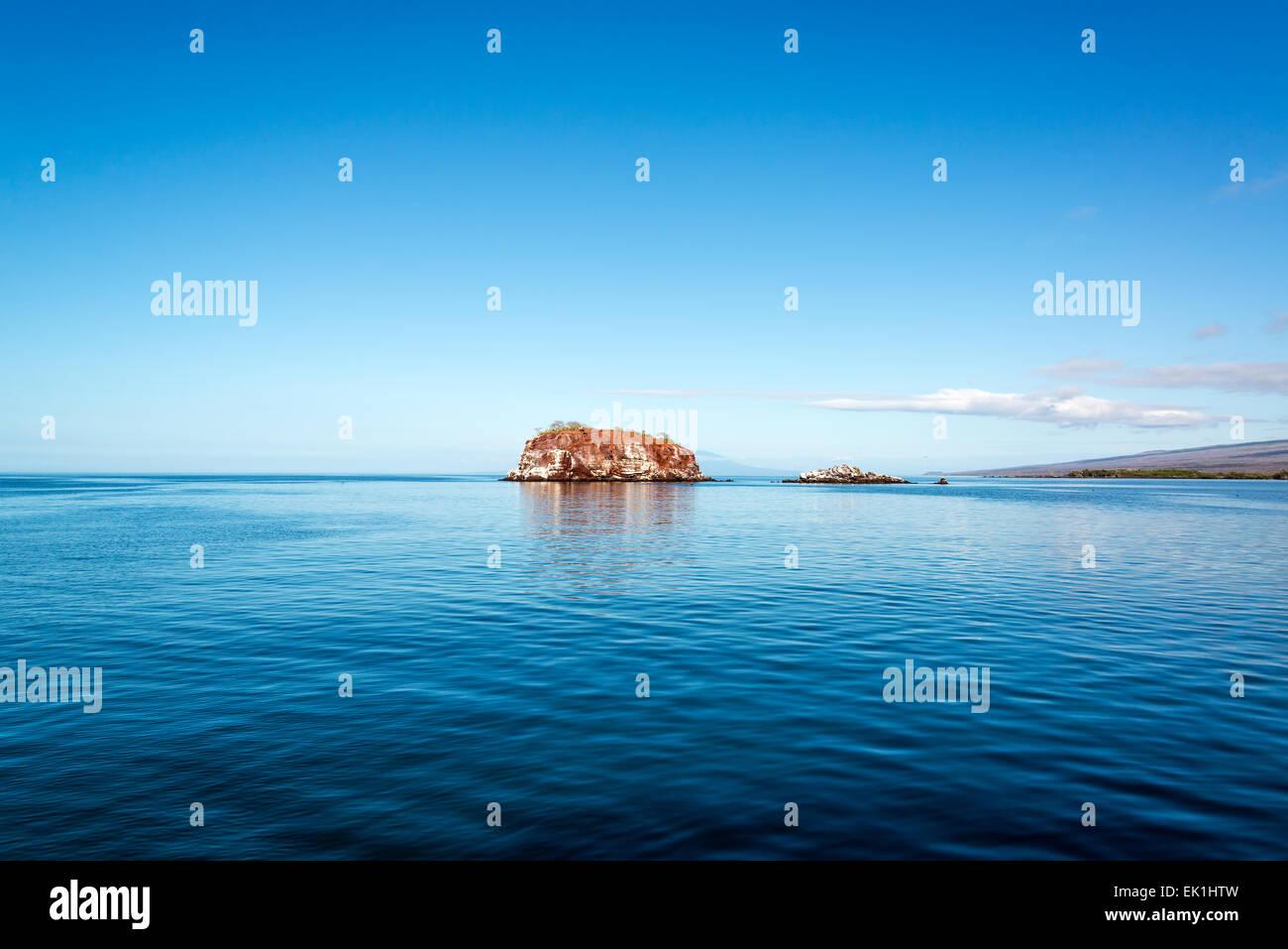 Los pequeños estados insulares y azules aguas profundas frente a las costas de la isla Isabela, en las Islas Imagen De Stock