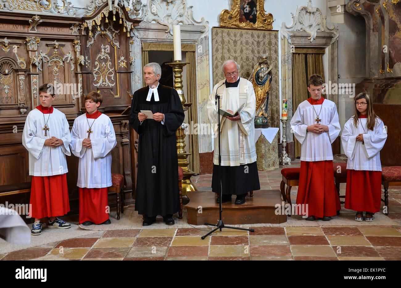 Matrimonio Catolico Y Protestante : Oecumenic boda en la iglesia con los monaguillos y