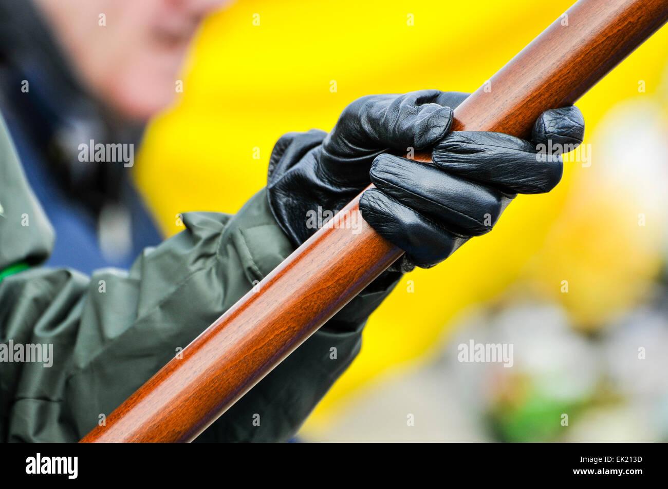 Una persona vistiendo un uniforme de estilo paramilitar con guantes negros 736360e5e9f