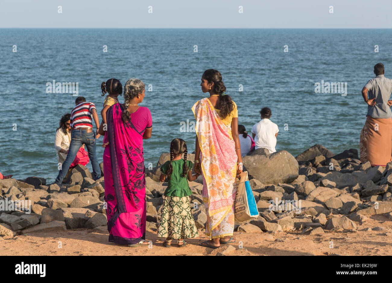 La familia indígena local en la playa en Pondicherry, o Puducherry, Tamil Nadu, en el sur de la India Foto de stock