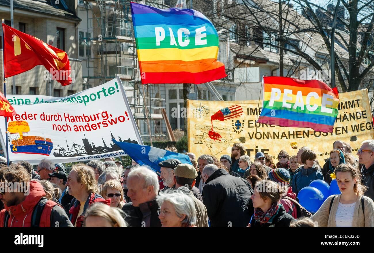 Hamburgo, Alemania. 6 abr, 2015. Alrededor de 800 simpatizantes del movimiento por la paz se mueven a través Imagen De Stock