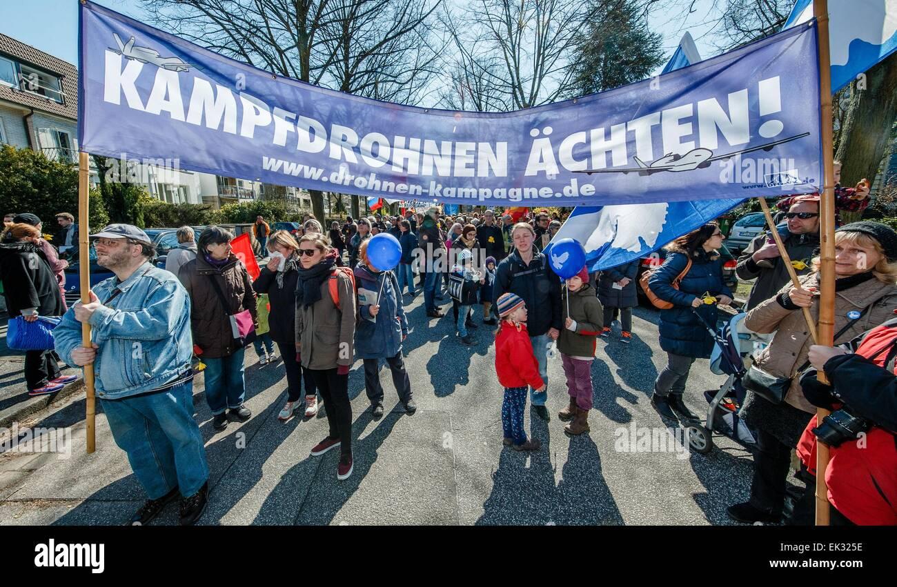 Hamburgo, Alemania. 6 abr, 2015. Los manifestantes del movimiento por la paz están sosteniendo una pancarta Imagen De Stock