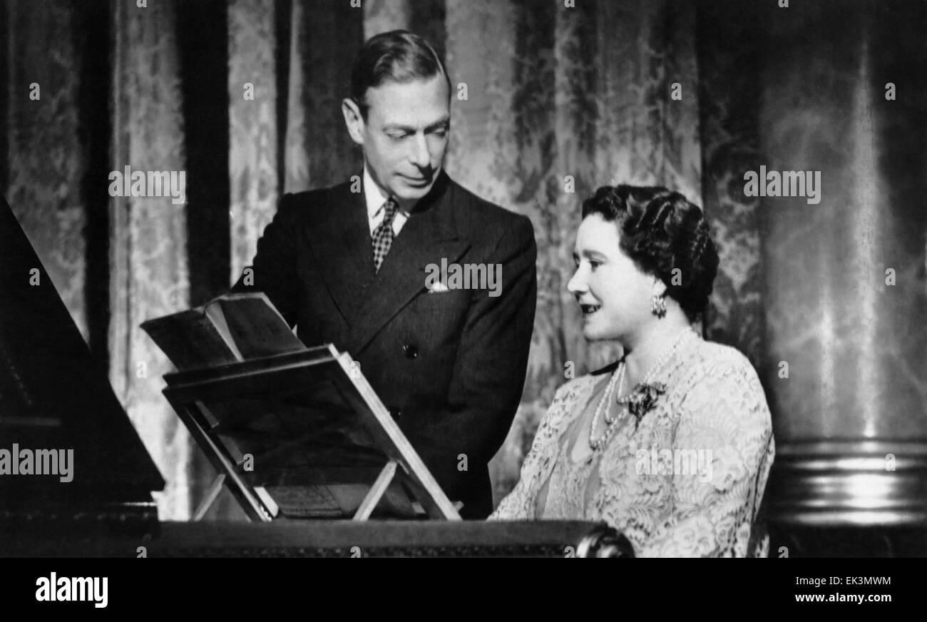El rey George VI, Su Majestad la Reina Elizabeth, Retrato en Piano, circa mid-1930's Foto de stock