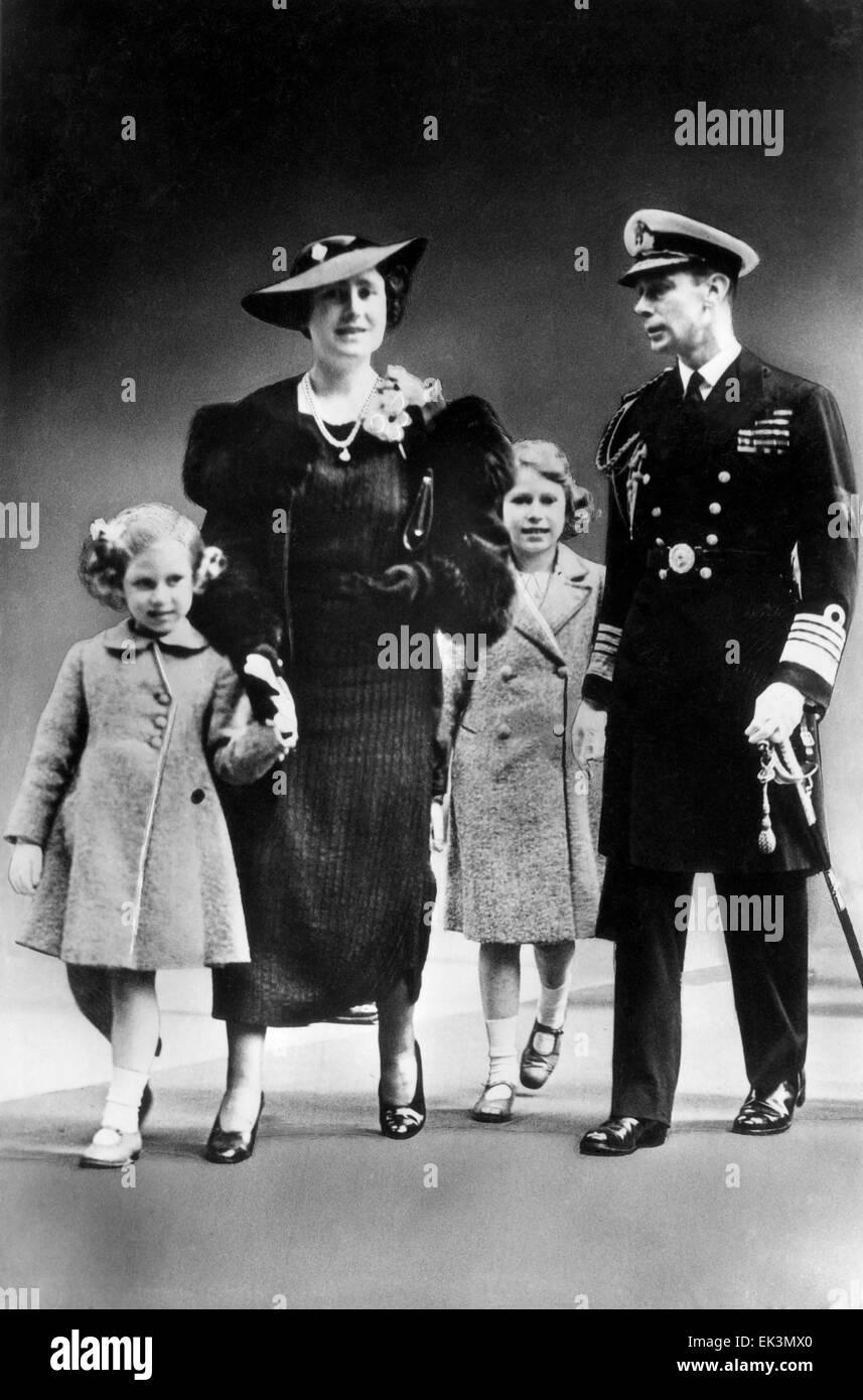 El rey George VI, Su Majestad la Reina Isabel, las Princesas Elizabeth y Margaret, de Inglaterra, ca. finales de 1930 Foto de stock