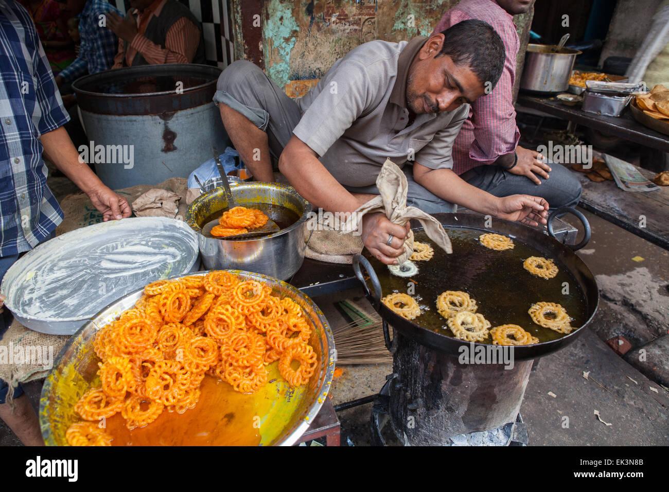 Cocción en Varanasi jalebis Imagen De Stock