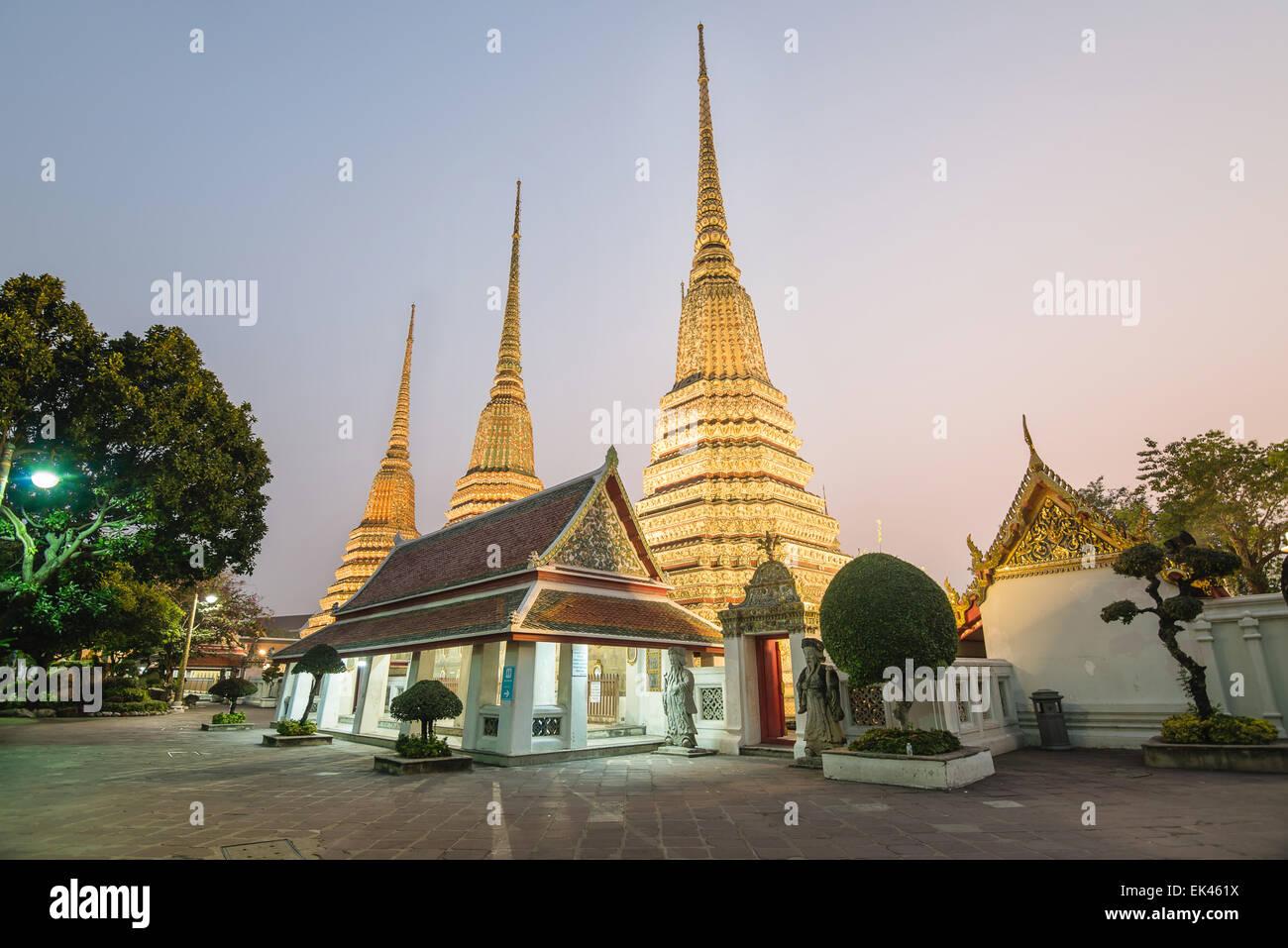 Templo Wat Pho en la noche de Bangkok, Tailandia Imagen De Stock