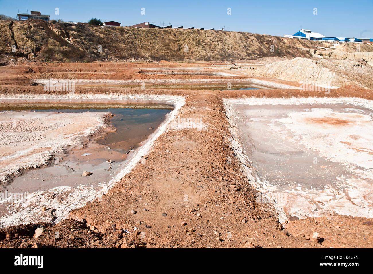 Se ha vuelto más factible para las operaciones mineras para procesar la vieja mina vuelca para el resto de oro que no ha sido extraído de la arena. El proceso de minería subterránea mucha mano de obra y costoso. Estas minas se vuelca atacó lejos con agua y la papilla de barro se canaliza a unos 40km de brakpan en el Rand oriental donde se procesa para llevar a cabo el resto de oro. pic delwyn verasamy Foto de stock