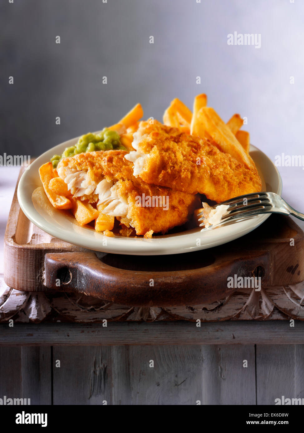 Maltratadas tradicional británico fish and chips Imagen De Stock