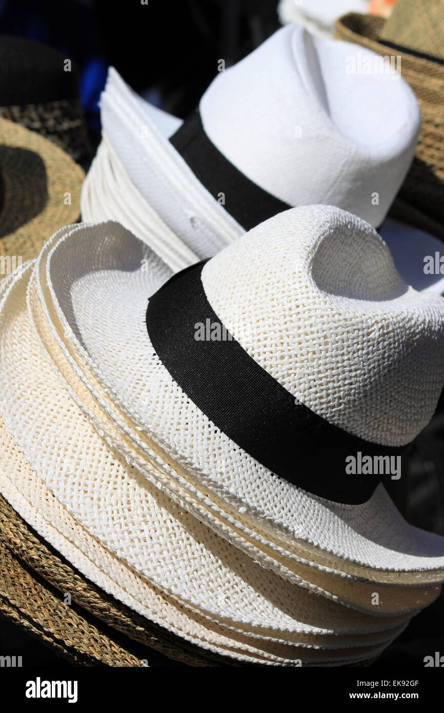 Sombreros de Panamá para venta en un puesto en el mercado Foto ... 81a3d108836