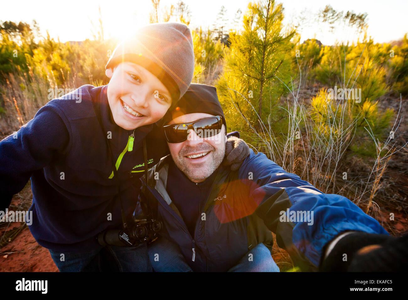 Padre e hijo teniendo un selfie Imagen De Stock