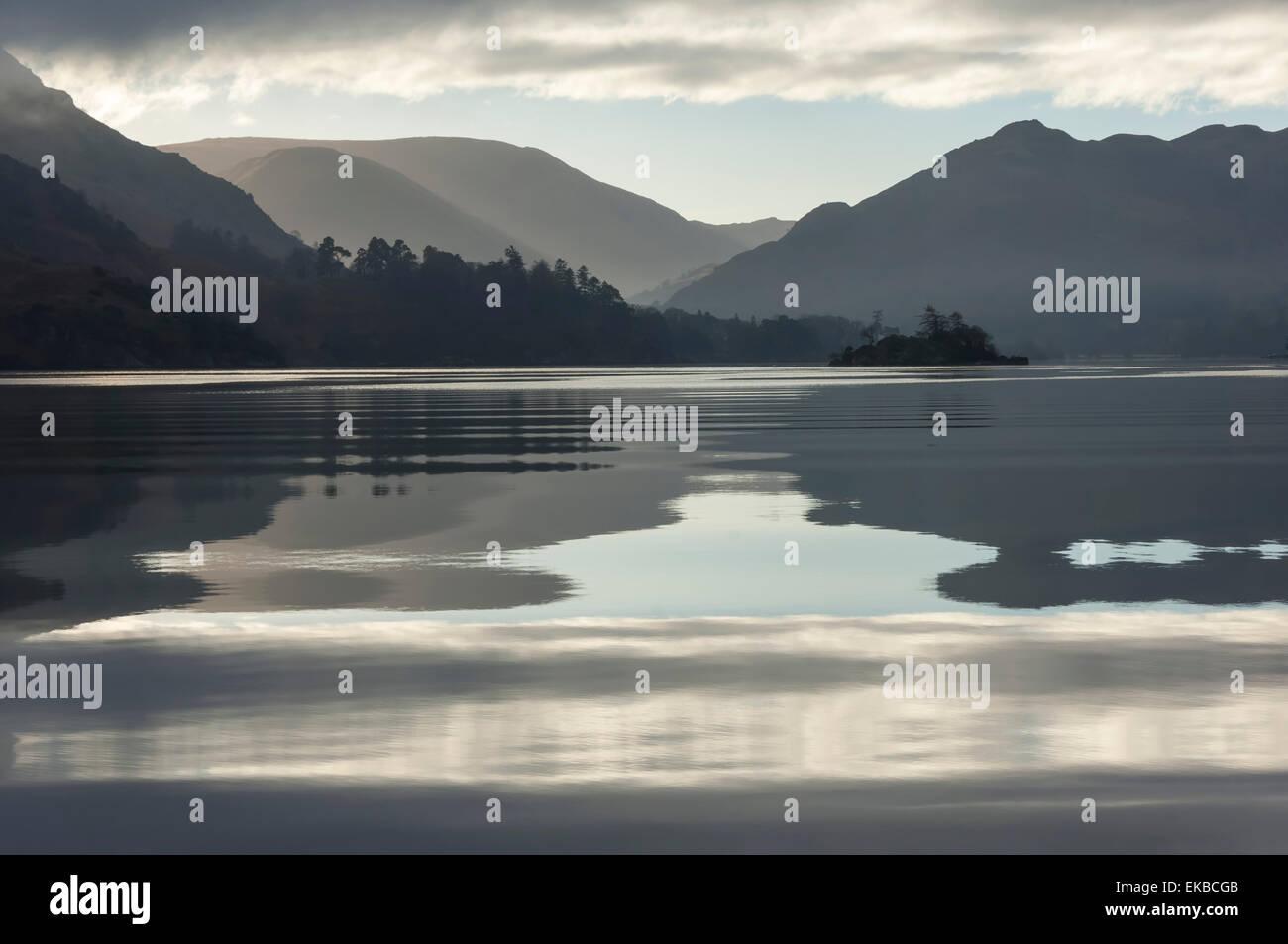 Ullswater, pequeña isla en noviembre, Lake District National Park, Cumbria, Inglaterra, Reino Unido, Europa Imagen De Stock