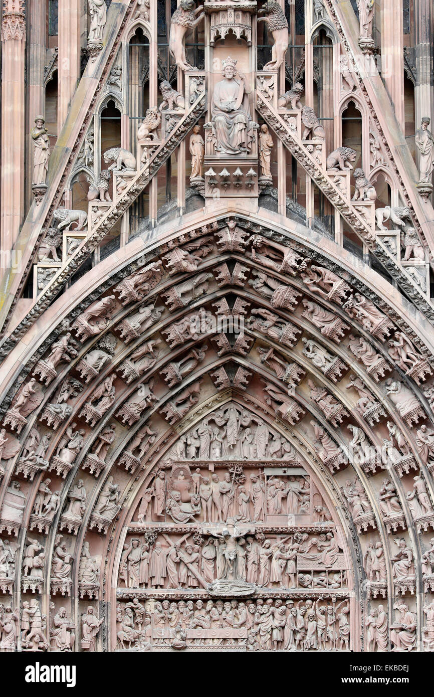 La Pasión de Nuestro Señor sobre la fachada occidental de la Virgen en la catedral de Estrasburgo, Estrasburgo, Imagen De Stock