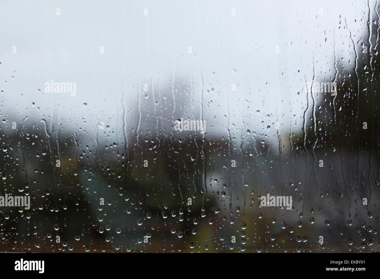 Vista a través de la ventana con las gotas de lluvia Imagen De Stock