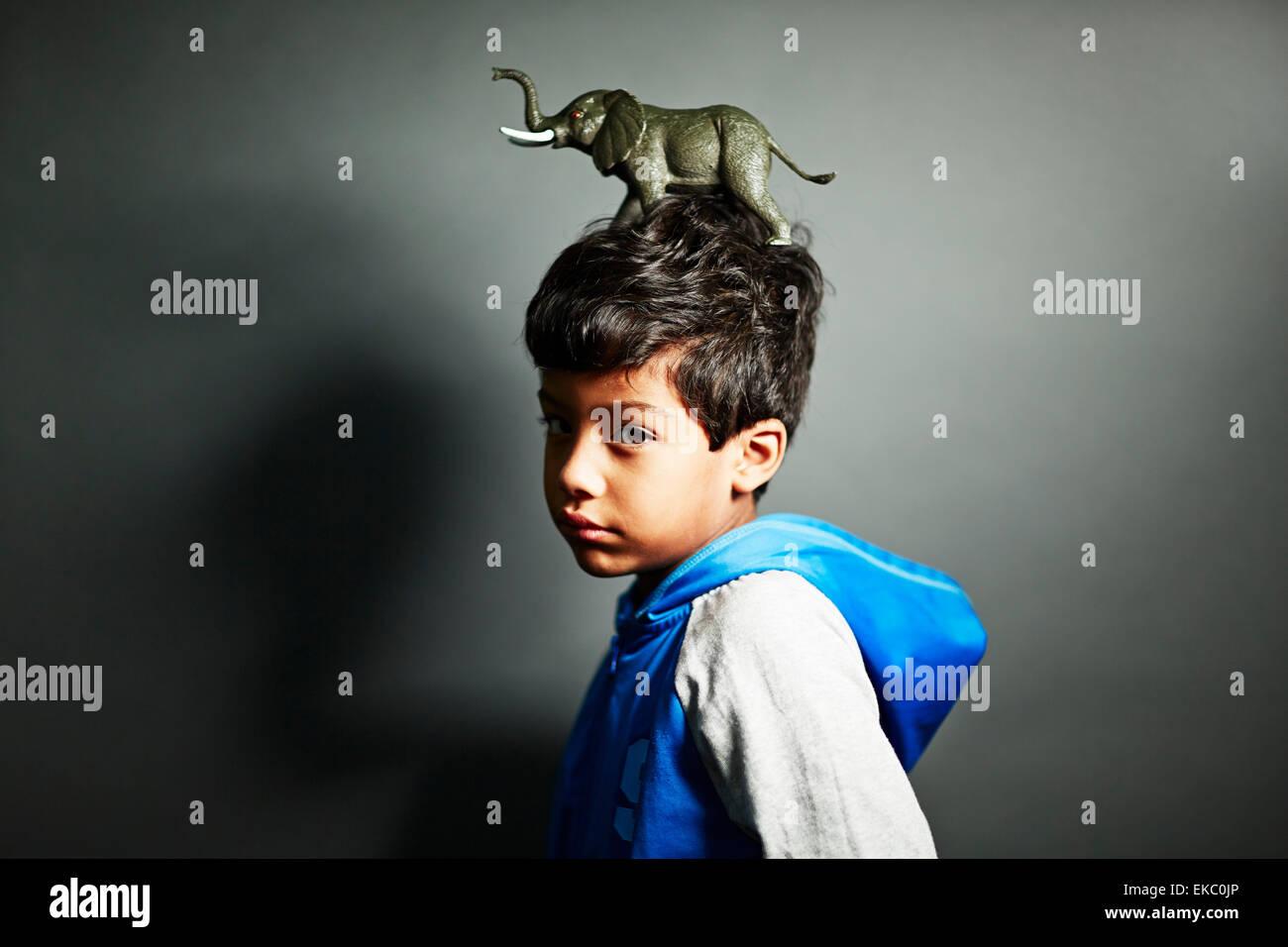 Niño con ornamento de elefante en la parte superior de la cabeza Imagen De Stock
