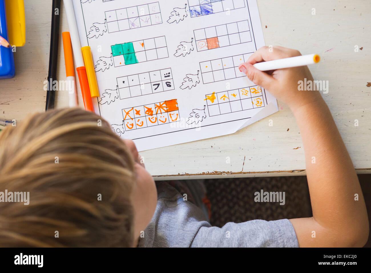 Joven haciendo los deberes, ángulo alto Imagen De Stock