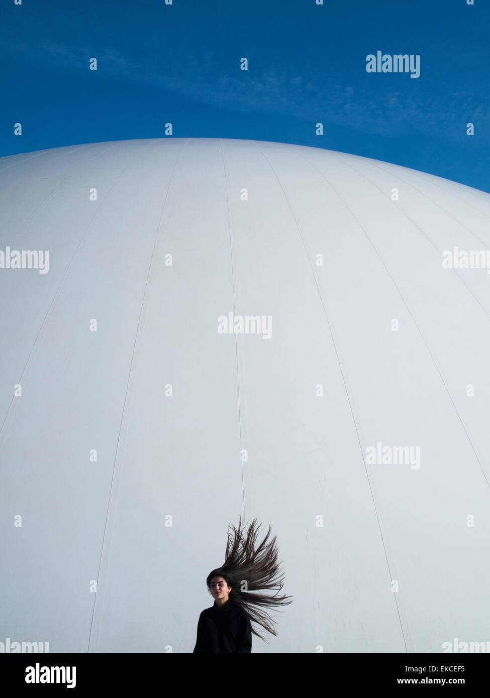 Adolescente con cabello volando en el viento Imagen De Stock