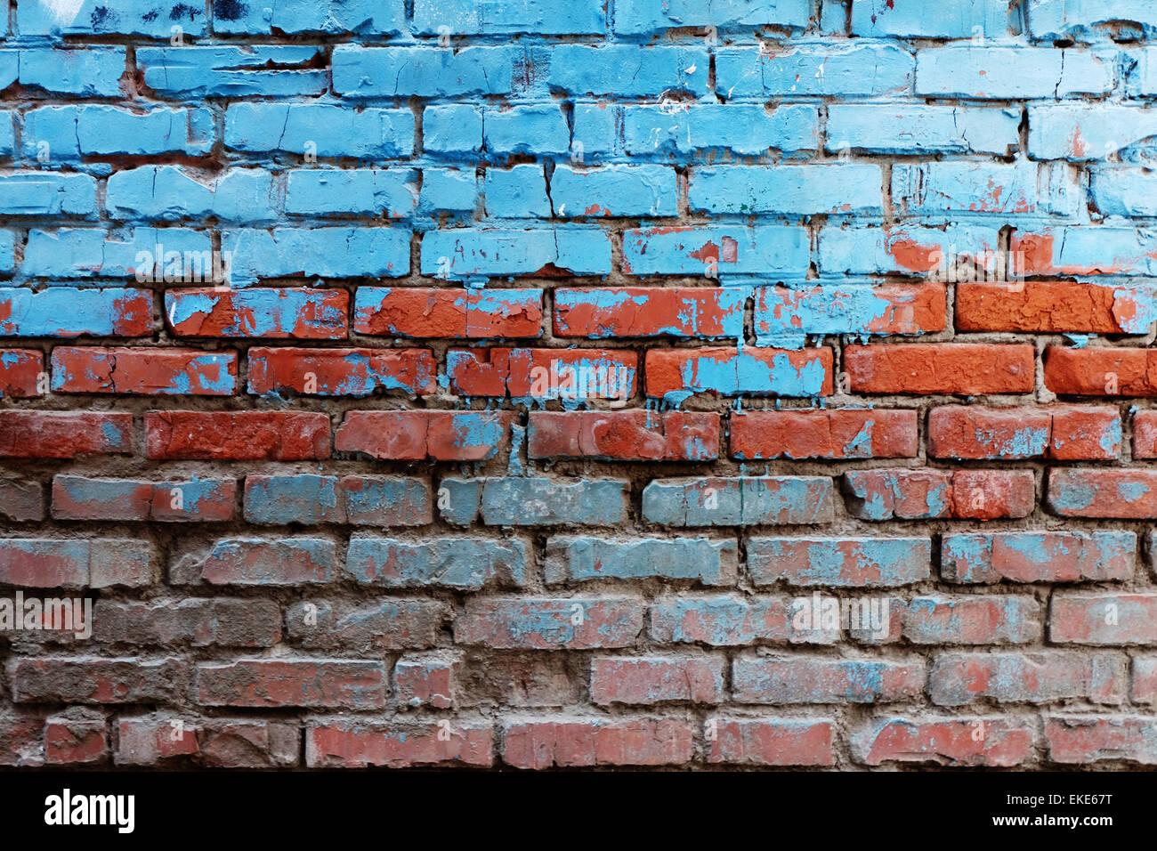 Viejo muro de ladrillo rojo mitad pintadas en color azul brillante un montón de copyspace antecedentes Foto de stock