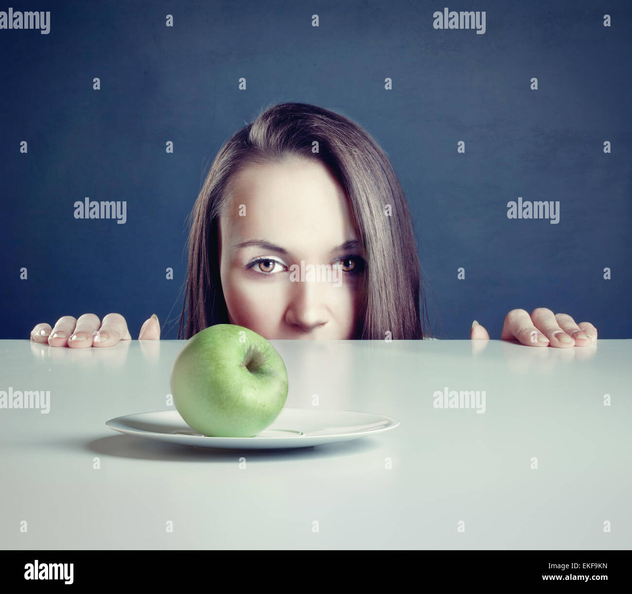 Mujer con Apple Imagen De Stock