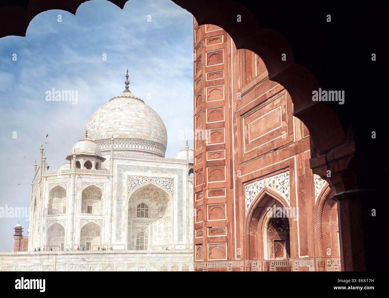 Taj Mahal tumba y mezquita en el arco en el cielo azul en Agra, Uttar Pradesh, India Imagen De Stock