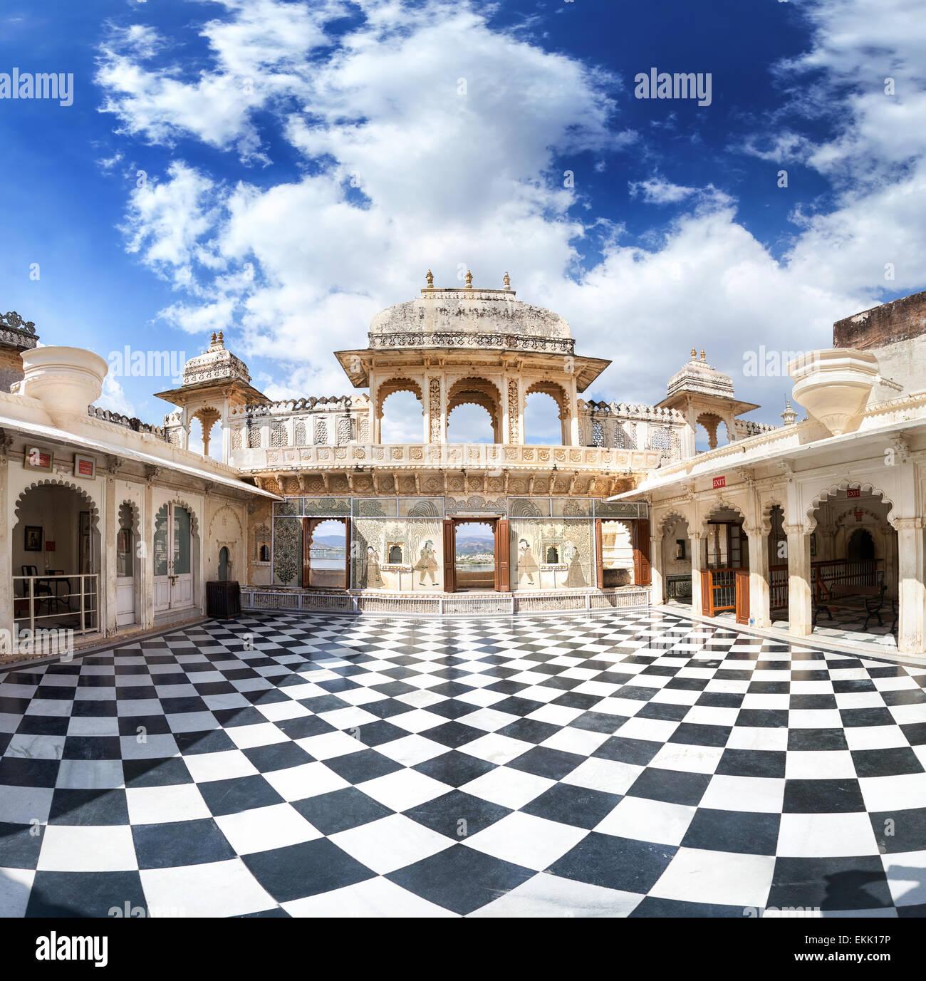 Museo del Palacio de la ciudad con piso de ajedrez surrealista en Udaipur, Rajasthan, India Imagen De Stock