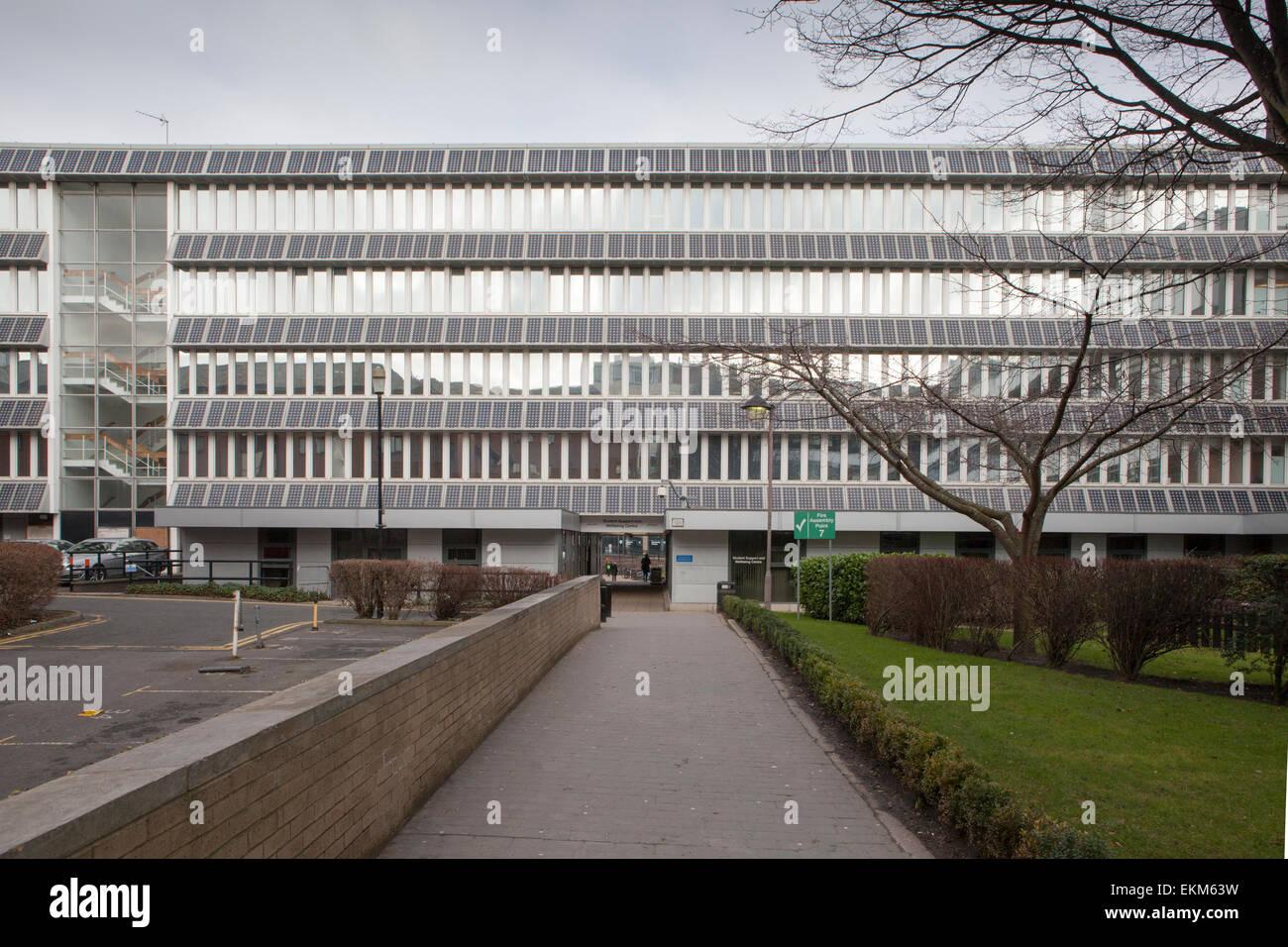 Un edificio en la Universidad de Northumbria cubiertos con paneles solares. Newcastle upon Tyne, Reino Unido Imagen De Stock