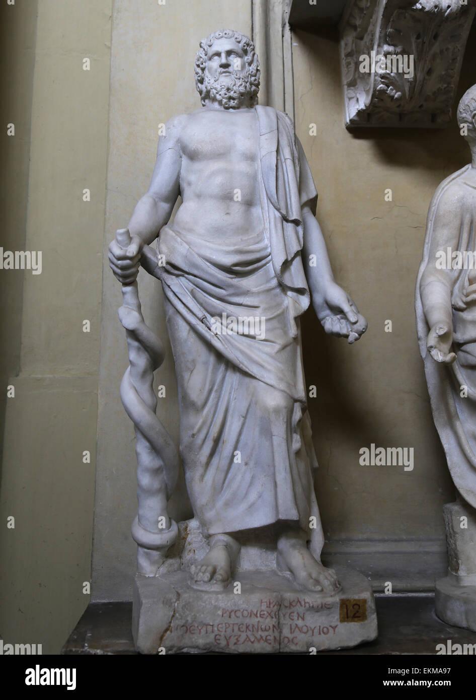 Esculapio con serpiente entrelazada de personal. Dios de la medicina. Museos Vaticanos. Chiaramonti. Imagen De Stock