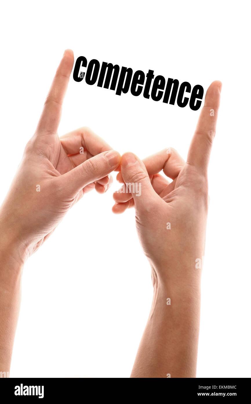 """Disparo vertical en color de dos manos apretando la palabra """"competencia"""". Foto de stock"""