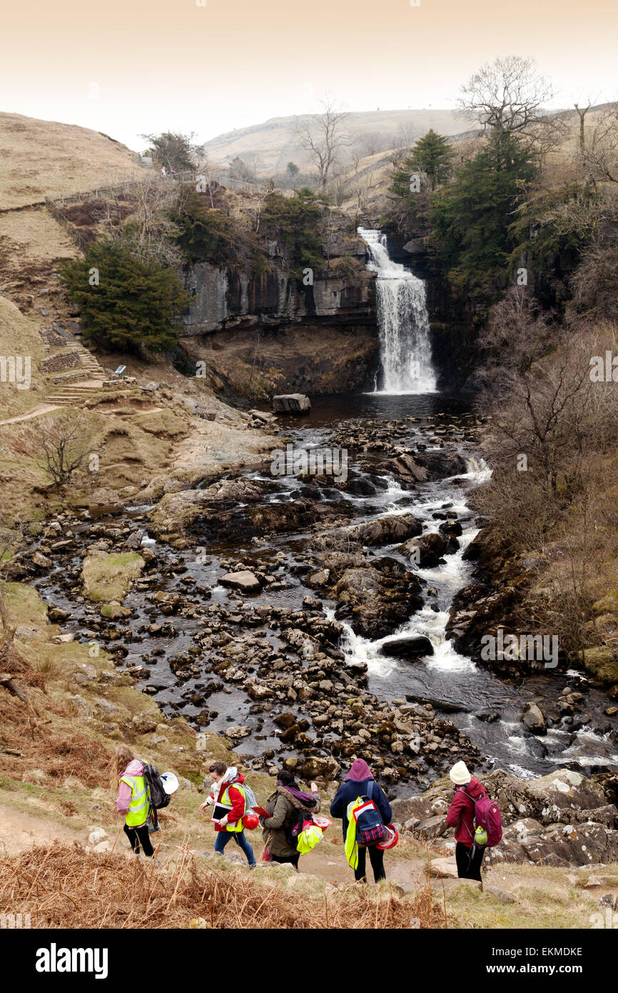 Los adolescentes hacen su Duke of Edinburgh Award en Thornton vigor cascada, Río Twiss, Yorkshire Dales, Inglaterra Foto de stock