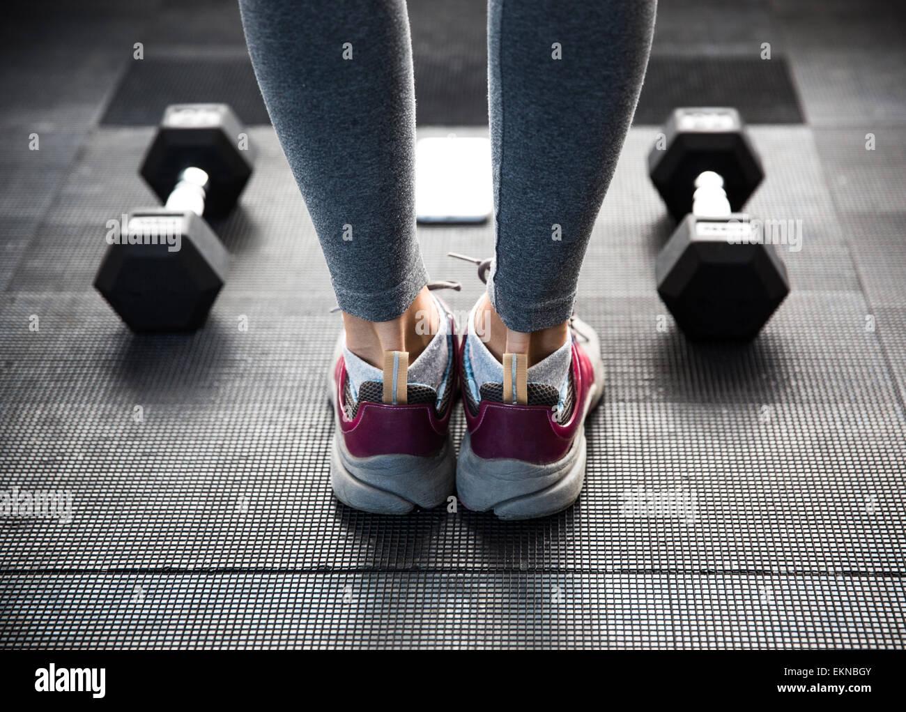 Primer plano de la imagen de una mujer piernas en gimnasio Foto de stock