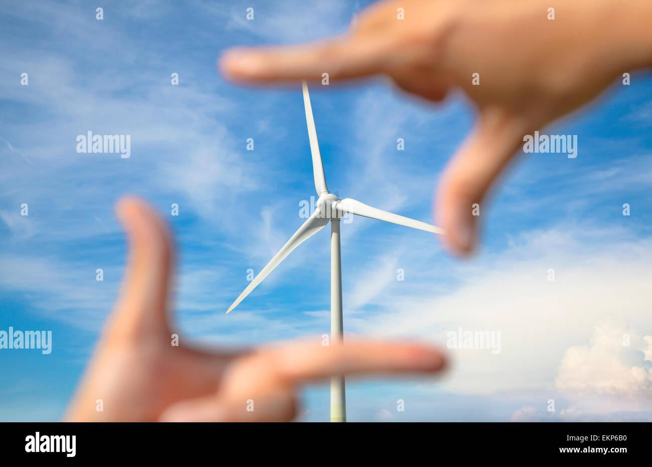 Mirando el molino de viento generador de energía con bastidor de mano Imagen De Stock