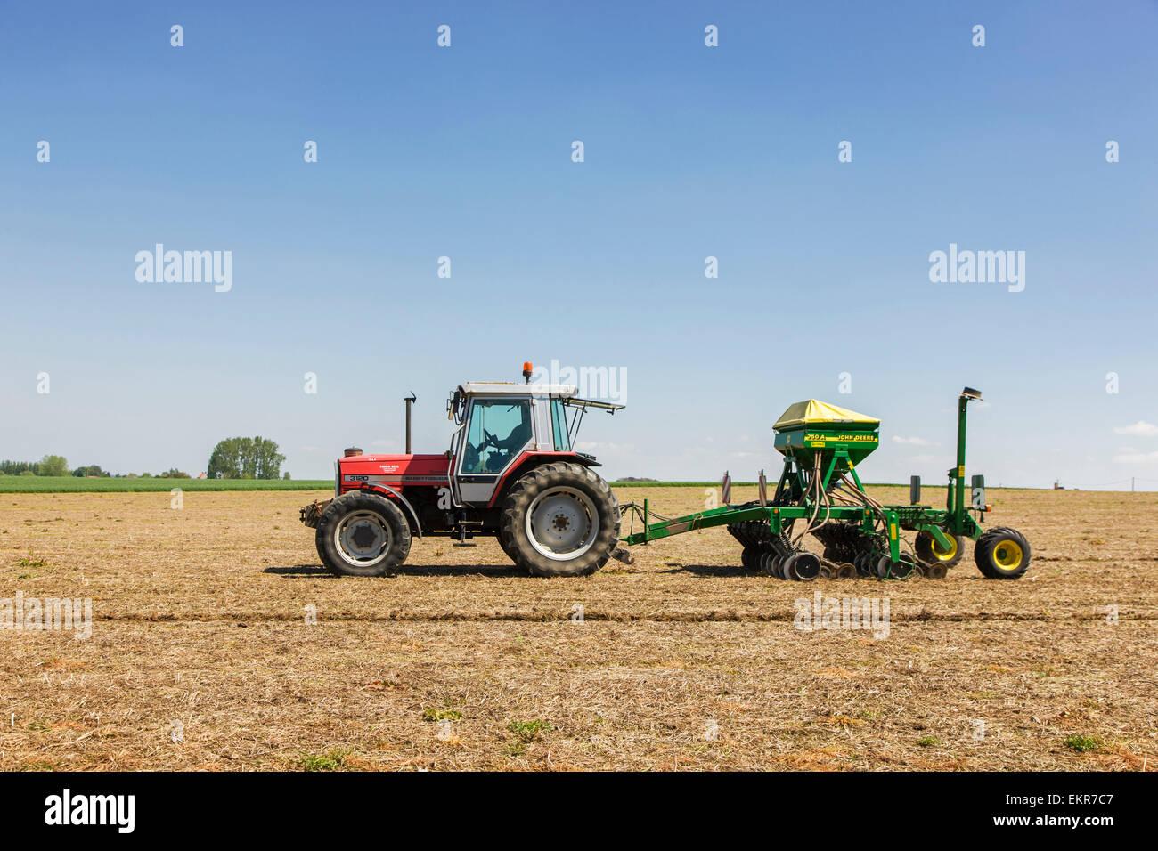 Tirar del tractor John Deere 750una siembra sin labranza trabajan en tierras de cultivo Foto de stock
