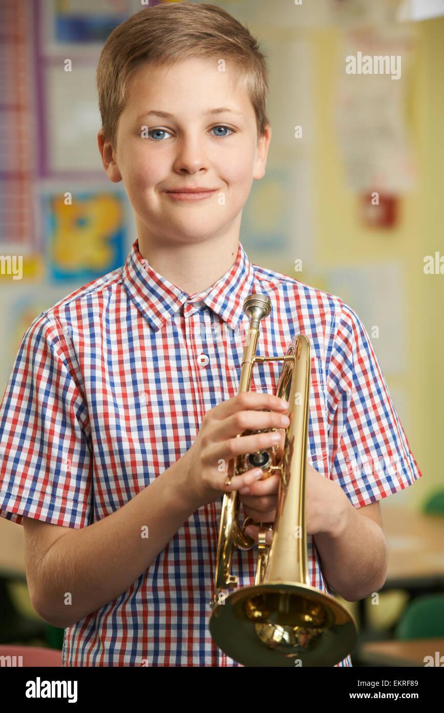 Niño de aprender a tocar la trompeta en la escuela Lección de música Imagen De Stock