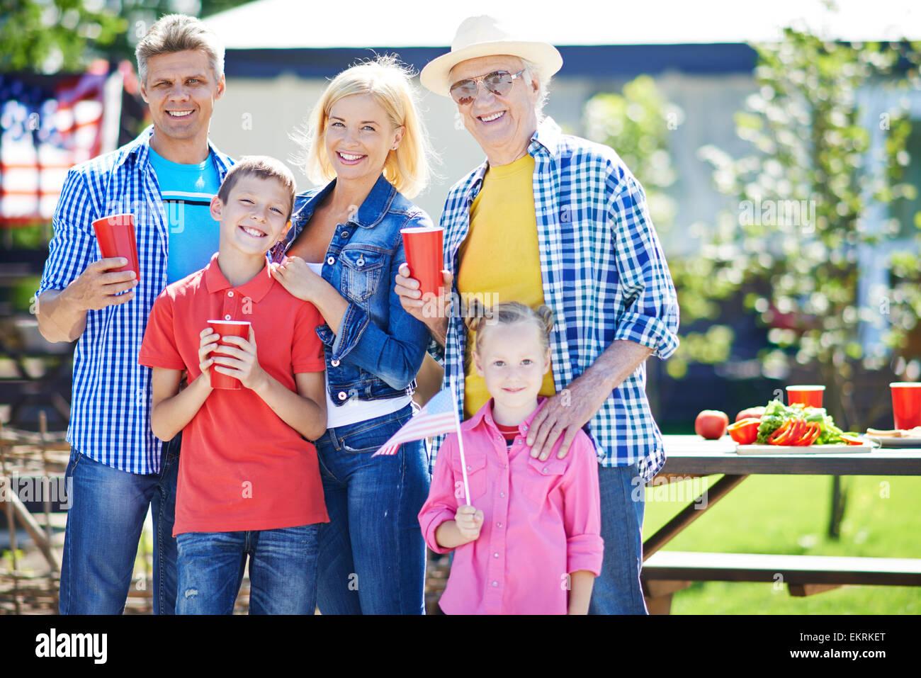 Feliz senior hombre y joven pareja con dos hijos de pasar el fin de semana al aire libre Imagen De Stock